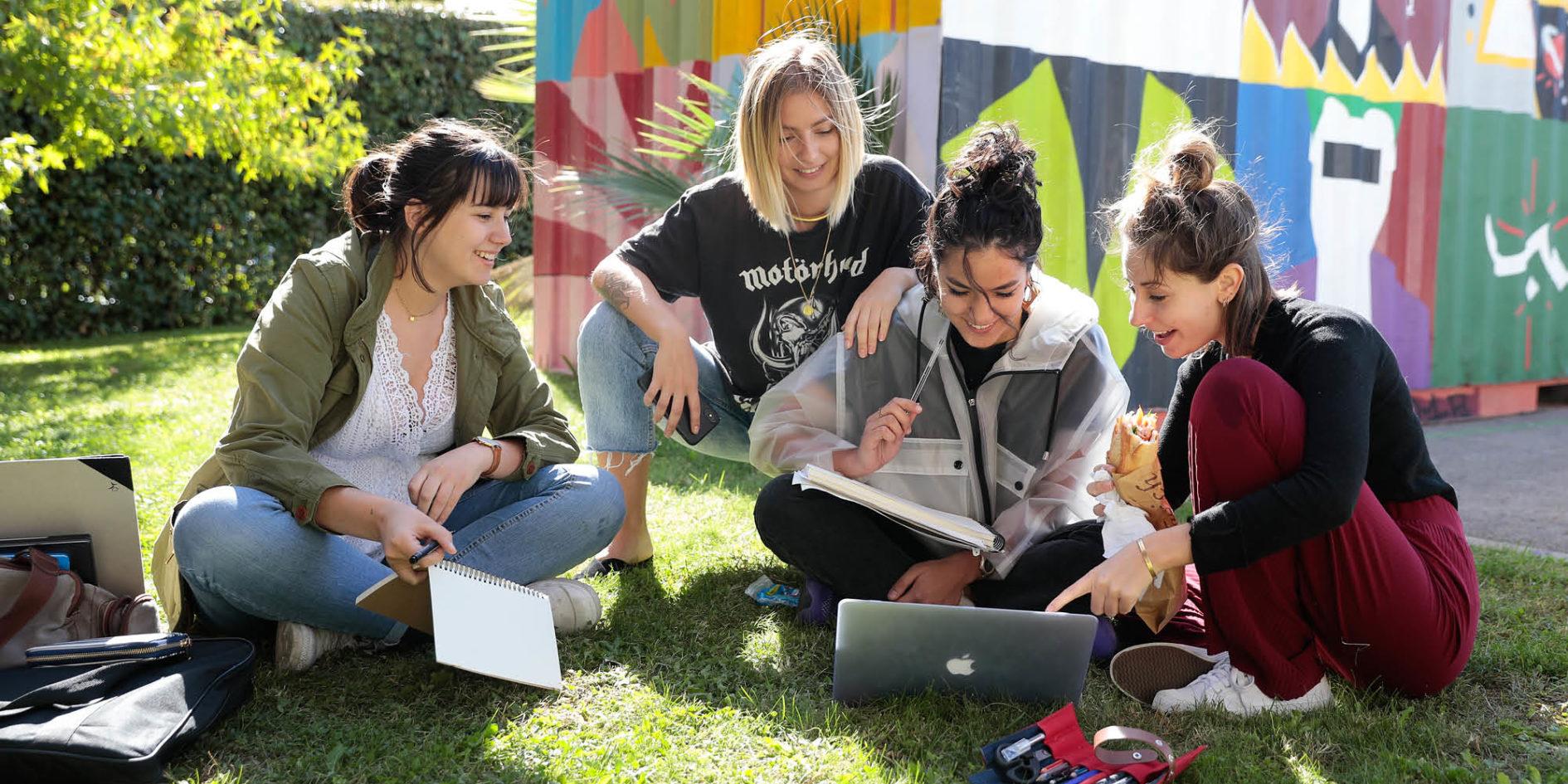 étudiantes dans l'herbe esma montpellier