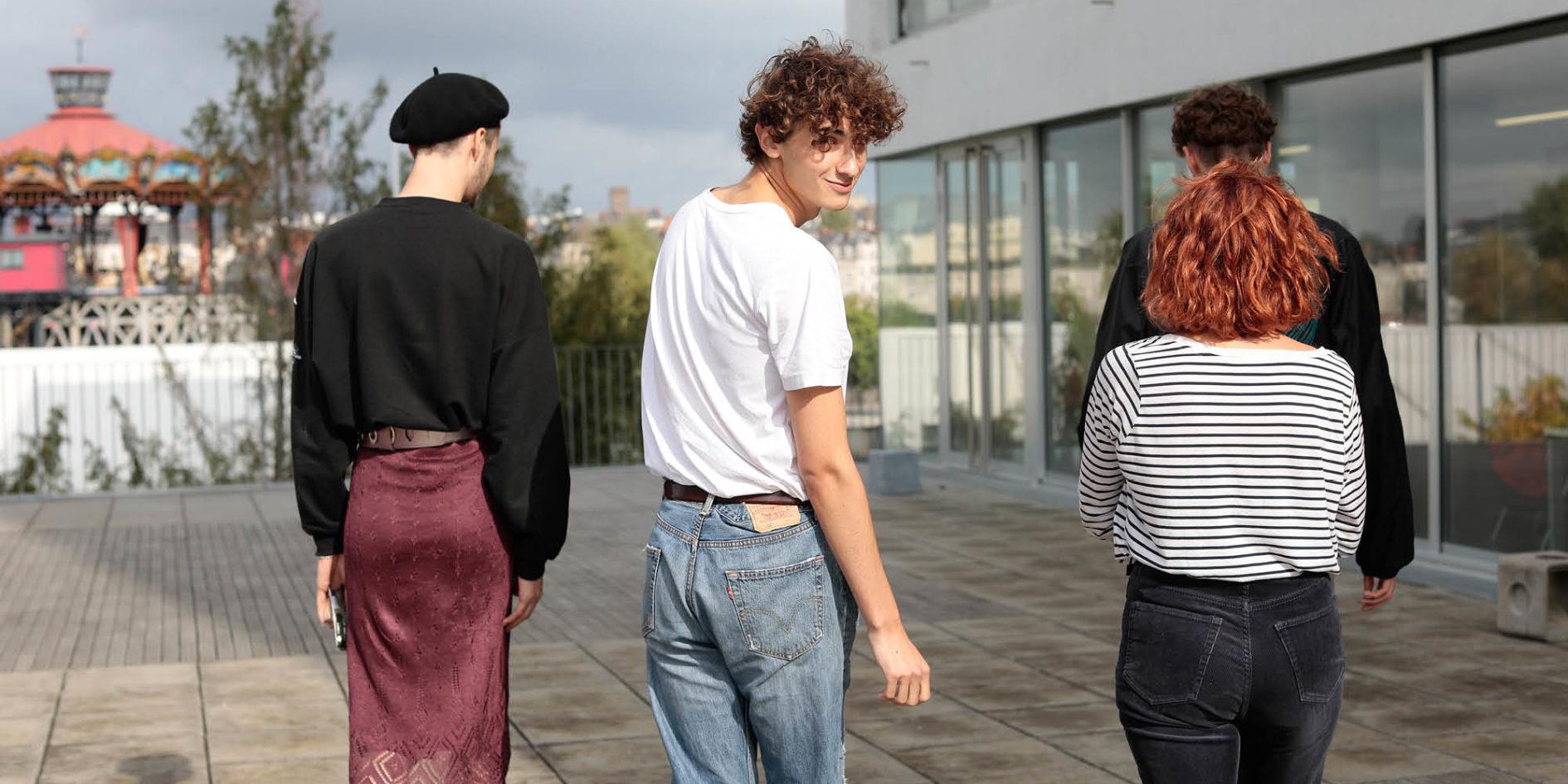 étudiants de l'esma nantes sur la terrasse de l'école
