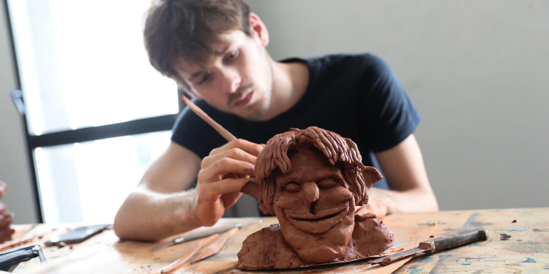 Etudiant en atelier sculpture ESMA Toulouse