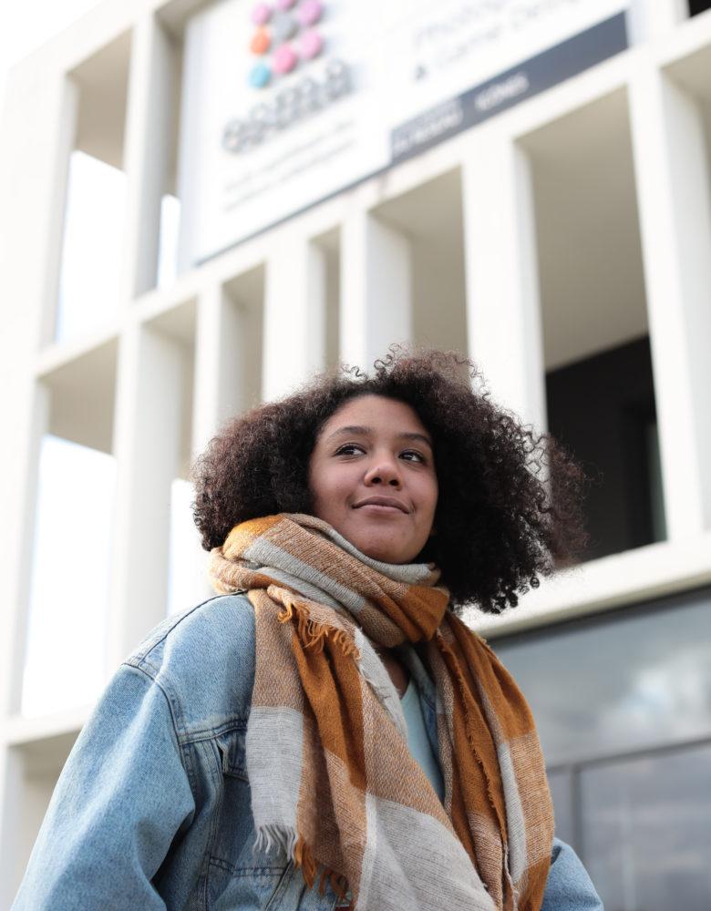 Etudiante devant ESMA Toulouse