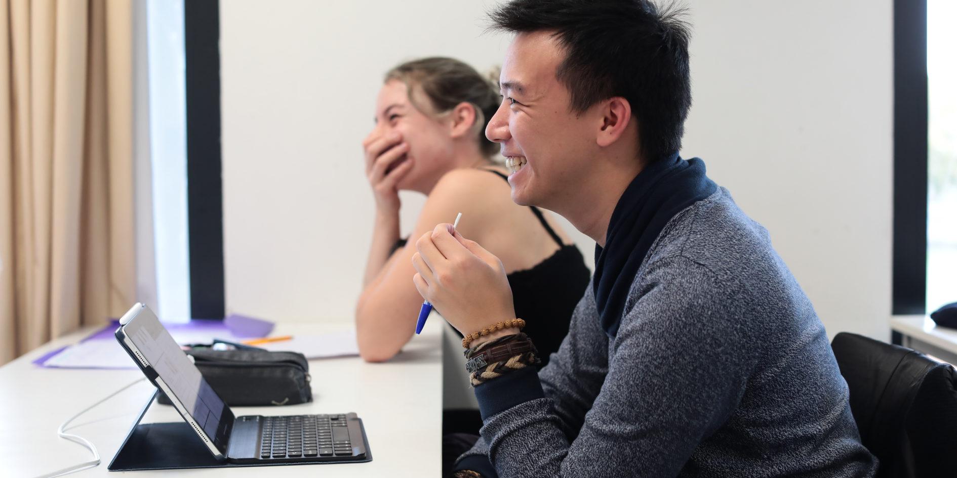 Etudiants riant ESMA Toulouse