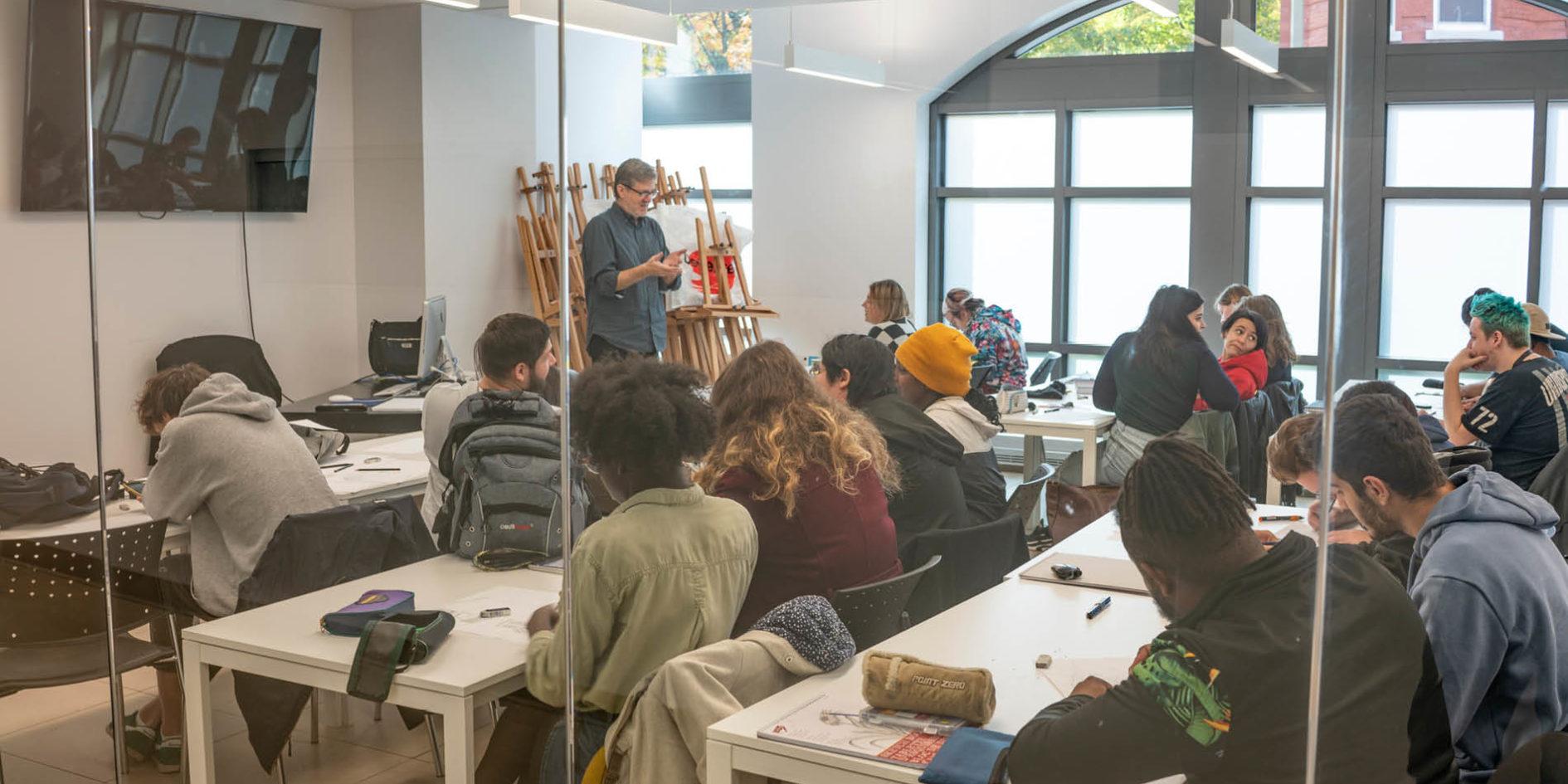 Etudiants en salle de cours dans le bâtiment ExCentris ESMA