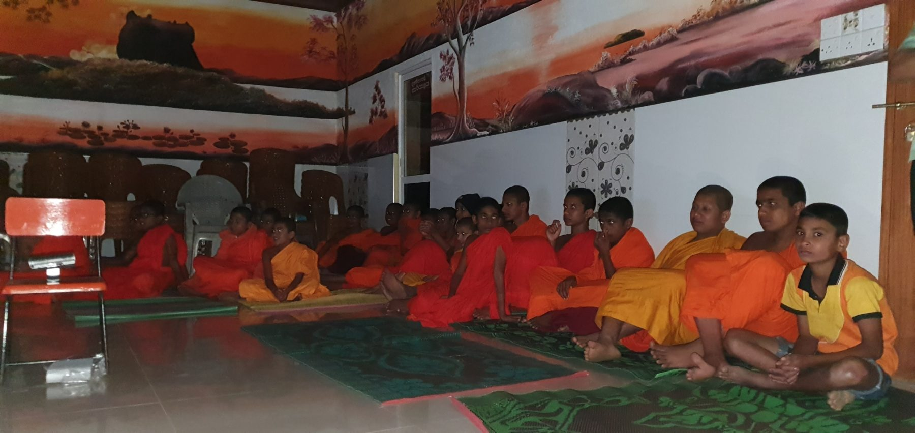 enfants moines visionnant films ESMA